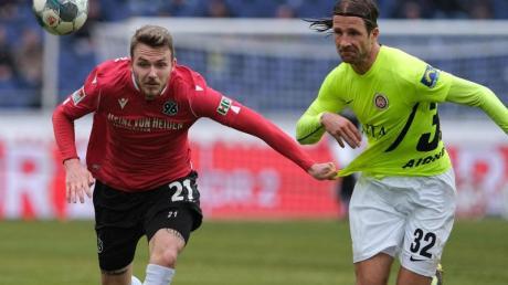 Auch der zweite bei Hannover 96 positiv auf das Coronavirus getestete Fußball-Profi, Jannes Horn (l), ist wieder gesund.
