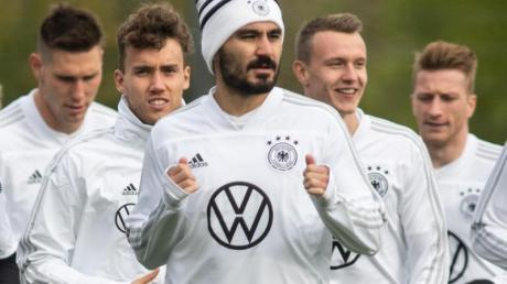 Nationalspieler Ilkay Gündogan (M.) hilft dem Kreis Heinsberg.