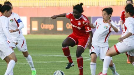Eunice Beckmann (M) für den FC Bayern München bei einem Freundschaftsspiel 2014 in Jordanien im Einsatz.