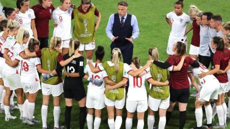 Phil Neville (M), Trainer der englischen Frauen-Fußball-Nationalmannschaft, im Gespräch mit den Spielerinnen.