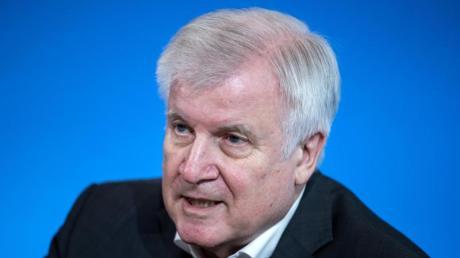 Bundesinnenminister Horst Seehofer (CSU) steht in der Kritik: In Deutschland dürfen ausländische, unverheiratete Partner noch nicht einreisen - im Gegensatz zu Nachbarstaaten wie Österreich oder Dänemark.
