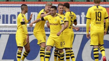 Dortmunds Spieler jubeln, nachdem Raphael Guerreiro (M) das Tor zur 1:0-Führung erzielt hat.