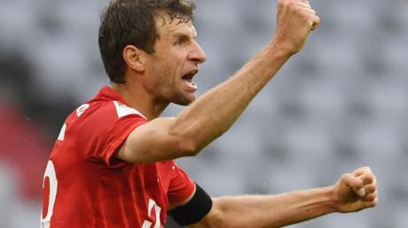 FCBayern Münchens Thomas Müller jubelt sichtlich erleichtert nach seinem Tor zum 2:0.