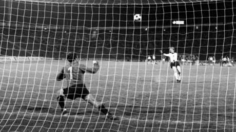 In den Belgrader Nachthimmel: Tschechoslowakei-Keeper Torhüter Ivo Viktor muss beim Elfer von Uli Hoeneß gar nicht erst eingreifen.