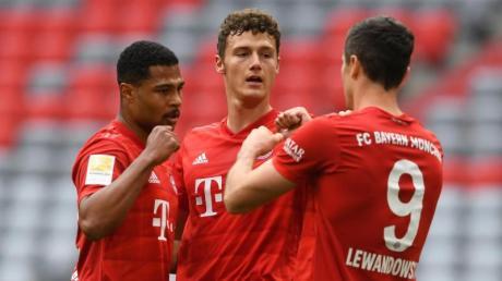Bayerns Benjamin Pavard (M), Serge Gnabry (l) und Robert Lewandowski bejubeln das erste Tor der Partie.