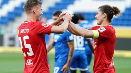 Der Leipziger Doppel-Torschütze Dani Olmo (l) jubelt mit Teamkollege Marcel Sabitzer.