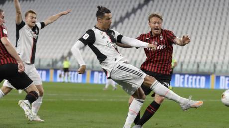 Cristiano Ronaldo (2.v.r) erreichte mit Juventus Turin das Pokalfinale in Italien.