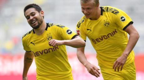 Erling Haaland (r) sorgte mit seinem Tor für einen Last-Minute-Sieg von Dortmund in Düsseldorf.