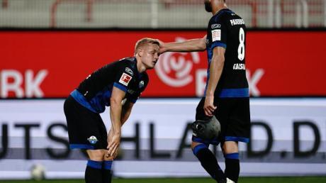 Paderborns Klaus Gjasula tröstet Kai Pröger (l) nach dem Spiel.