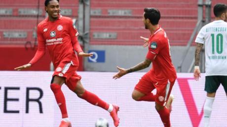 Die Mainzer Jean-Paul Boetius (l) und Danny Latza bejubeln das 2:0.