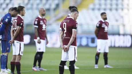 Vor der Partie standen alle Spieler für eine Schweigeminute zum Gedenken an die Covid-19-Opfer am Mittelkreis.