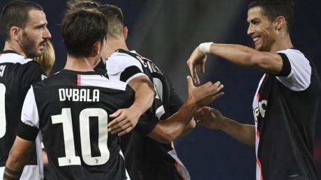 Cristiano Ronaldo (r) gratuliert Paulo Dybala (2.v.l) zu seinem Treffer zum 2:0 für Juve gegen den FC Bologna.