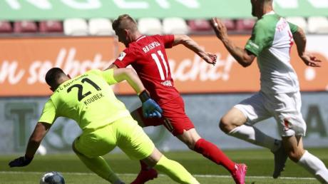 Leipzigs Timo Werner (M) erzielt den Führungstreffer seiner Mannschaft gegen Augsburgs Keeper Koubek (l).
