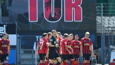 Die Freiburger Mannschaft bejubelt den Treffer zum 2:0 gegen Schalke durch Jonathan Schmid (3.v.r.).
