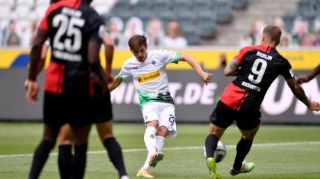 Jonas Hofmann (M) brachte Borussia Mönchengladbach mit seinem Tor auf Kurs Richtung Champions League.