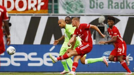 Mickael Cuisance (2.v.r) erzielte bei Bayerns Sieg in Wolfsburg das 2:0.