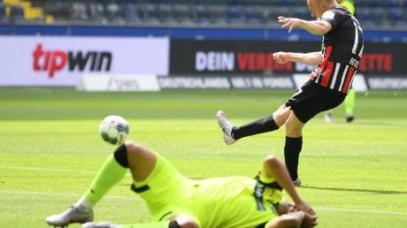 Sebastian Rode (r) brachte Eintracht Frankfurt gegen SC Paderbon in Führung.