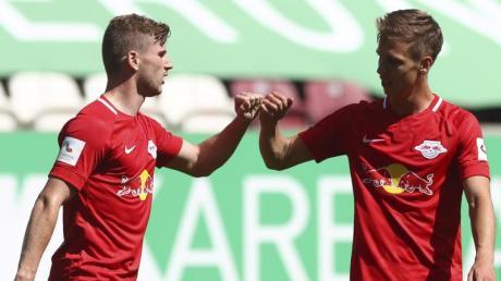 Der Leipziger Timo Werner (l) feiert mit Mannschaftskamerad Daniel Olmo Carvajal, nachdem er in Augsburg zum 1:0-Führung getroffen hat.
