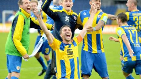 Die Spieler von Eintracht Braunschweig feiern den Aufstieg in die 2. Bundesliga.