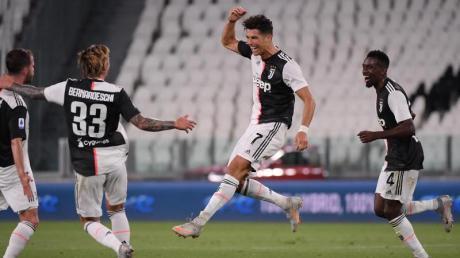 Cristiano Ronaldo (2.v.r) trifft gegen Genua zum 1:0.