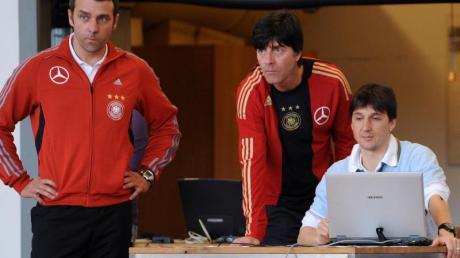 Dr. Oliver Faude (r) 2009 mit Bundestrainer Joachim Löw (M) und dem damaligen Assistenztrainer Hansi Flick bei einem Fitnesstest der Nationalmannschaft.