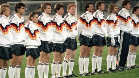 Matthias Sammer (M) war der einzige ehemalige DDR-Nationlspieler, der am 19. Dezember beim ersten gemeinsamen Länderspiel in der DFB-Startelf stand.
