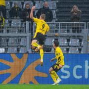 Dortmunds Torjäger Erling Haaland (l) im Jubel mit Mannschaftskamerad Giovanni Reyna. Wann  Borussia Dortmund in den Partien der CL 20/21 live im TV und Stream zu sehen ist, das erfahren Sie hier - ob im Free-TV oder Stream, auf DAZN oder Sky?