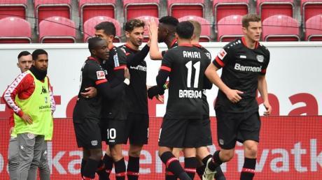 Die Leverkusener Mannschaft jubelt nach dem Treffer zum 1:0.