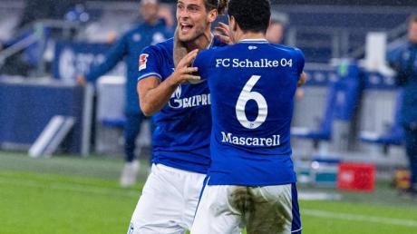 Schalkes Torschütze Goncalo Paciencia (l) und Omar Mascarell bejubeln den Ausgleichstreffer.
