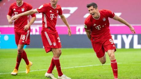 FCBayerns Doppel-Torschütze Robert Lewandowski (r), Leon Goretzka (l) und Thomas Müller jubeln über den Treffer zum 2:0.