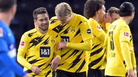 Dortmunds Raphael Guerreiro (l) jubelt nach seinem Treffer zum 4:1 mit Erling Haaland.