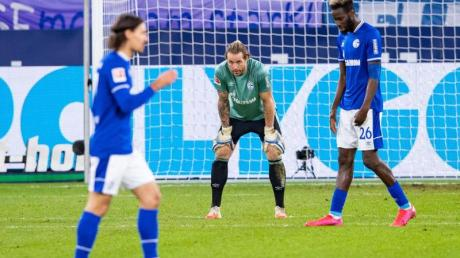 Schalkes Salif Sane (r-l), Torwart Ralf Fährmann und Benjamin Stambouli nach dem 0:1.