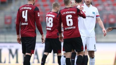 Simon Terodde vom HSV (r) nach dem Spiel beim Handschlag mit Tim Handwerker (6) vom FC Nürnberg.