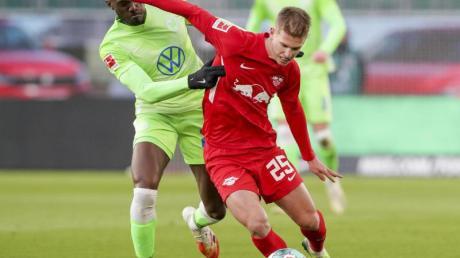 Wolfsburg's Josuha Guilavogui (l) und Leipzigs Daniel Olmo beimKampf um den Ball. Alles zur DFB-Pokal-Partie RB Leipzig vs. VfL Wolfsburg am 3.3.21 lesen Sie hier. Auch, ob sie live im Free-TV und Stream läuft.