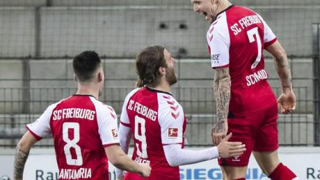 Freiburgs Jonathan Schmid (r) jubelt nach seinem Tor zum 2:0.