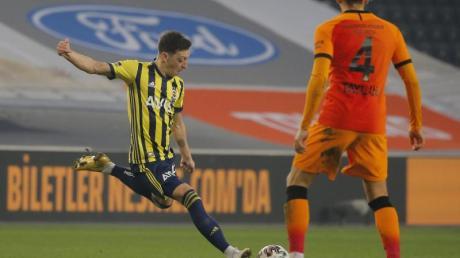 Mesut Özil (l) wurde im Derby gegen Galatasaray eingewechselt.