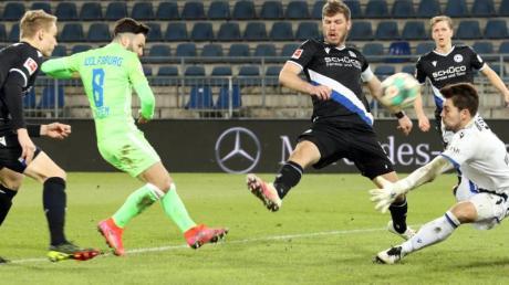 Renato Steffen (2.vl) war Wolfsburgs Matchwinner in Bielefeld.