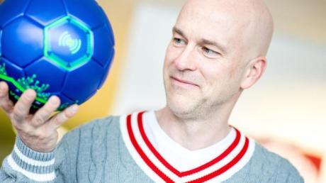 Nimmt den Ball und seine Bewegung genauer unter die Lupe: Ex-Nationalspieler Fabian Ernst.