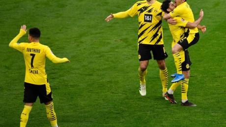 Dortmunds Mittelfeldspieler Mahmoud Dahoud (2.v.r) jubelt mit seinen Mannschaftskameraden über sein Tor zum 1:0.