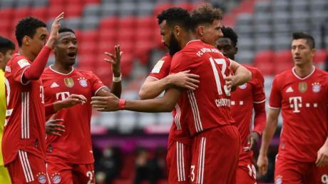 Bayerns Eric Maxim Choupo-Moting (M) bejubelt sein Tor zum 1:0 mit seinen Mannschaftskollegen.