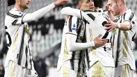 Federico Chiesa feiert nach seinem Tor mit den Kollegen von Juve.