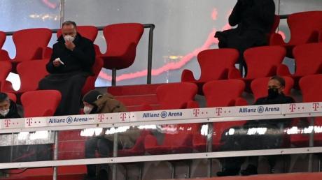 Bundestrainer Joachim Löw (r. oben) beobachtet das Bundesliga-Spitzenspiel zwischen dem FCBayern München und Borussia Dortmund von der Tribüne aus.