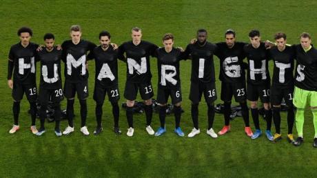 Klares Statement:Die DFB-Elf protestiert vor dem Spiel gegen Island gegen die Arbeitsbedingungen in Katar.