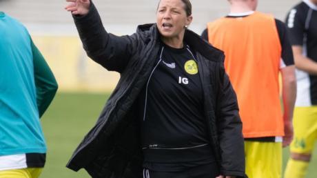Inka Grings, Trainerin des SV Straelen, gestikuliert beim Aufwärmen ihres Teams.