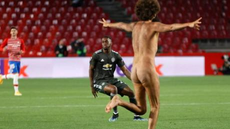 Nackte Tatsachen:Ein Flitzer beim Geister-Europa-League-Spiel FC Granada gegen Manchester United.