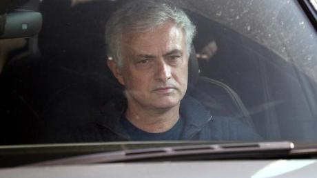 Wird bei den Spurs durch Nachwuchscoach Ryan Mason abgelöst: Jose Mourinho verlässt im Auto den Londoner Club.
