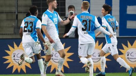 Fabian Klos (2.v.l) brachte Bielefeld gegen Schalke auf die Siegerstraße.