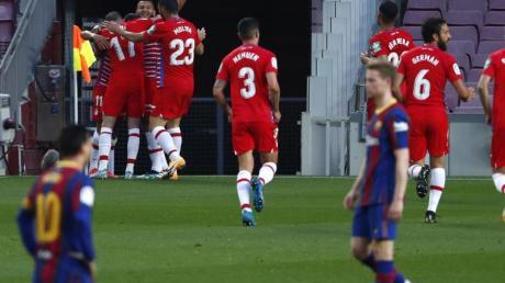 Die Spieler vom FC Granada feiern an der Eckfahne ein Tor beim FC Barcelona.