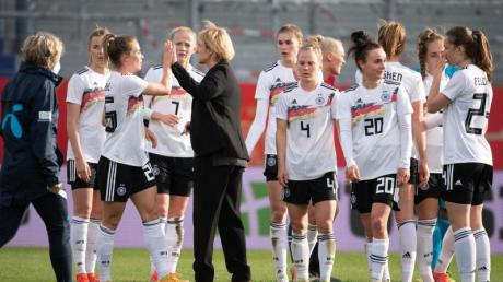 Das Team um Bundestrainerin Martina Voss-Tecklenburg (M.) hat eine machbare Gruppe in der WM-Qualifikation erwischt.