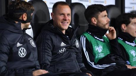 Fußball-Nationaltorhüter Marc André ter Stegen (M.) hat sich damit abgefunden, dass er auch bei der EM die Nummer 2 sein wird.